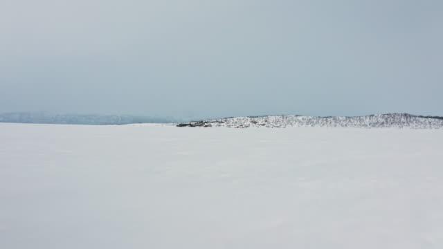 drönarbilder av frusen sjö torneträsk en molnig dag i abisko sverige norra halvklotet - norrbotten bildbanksvideor och videomaterial från bakom kulisserna