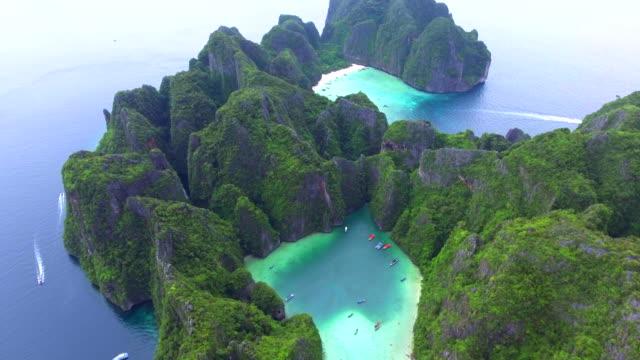 4k drone footage av maya bay i koh phi phi leh island (thailand) - thailand bildbanksvideor och videomaterial från bakom kulisserna
