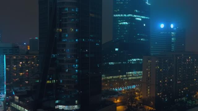 drohne filmmaterial der moderne, verglaste wolkenkratzer im zentrum von warschau - warschau stock-videos und b-roll-filmmaterial