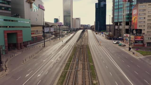 vídeos de stock, filmes e b-roll de imagens de drones de apenas um carro passando pelo centro da cidade em varsóvia - europa locais geográficos