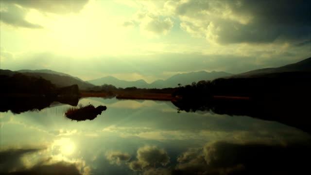 vidéos et rushes de bourdonnement séquences de toujours lac et les montagnes sur belle journée ensoleillée - lac reflection lake