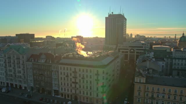 Drohnenaufnahmen von Sonnenuntergang in Warschau, der Hauptstadt Polens. – Video