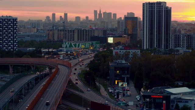 drohnenaufnahmen von sonnenuntergang über warschau. - warschau stock-videos und b-roll-filmmaterial