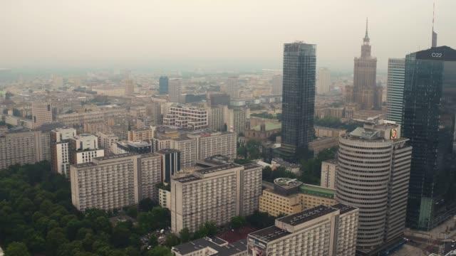 drohnenaufnahmen vom city-center-panorama. - warschau stock-videos und b-roll-filmmaterial