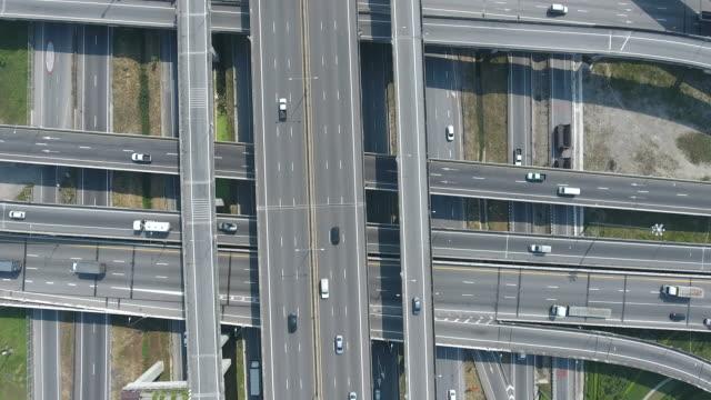 vídeos de stock, filmes e b-roll de imagens do drone da vista superior de junções da estrada da estrada, vídeo aéreo - entroncamento estrada