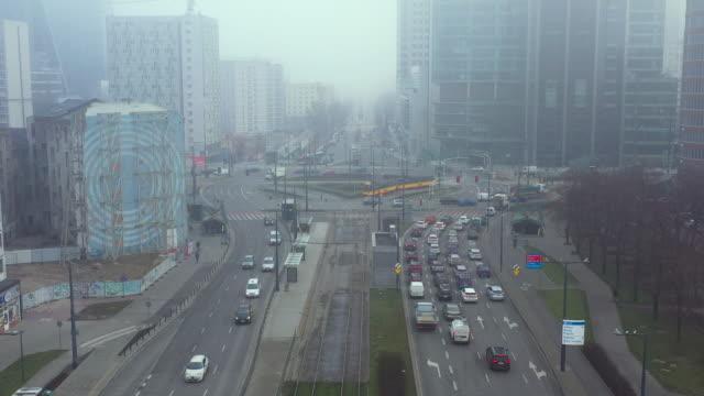 stockvideo's en b-roll-footage met dronebeelden van verkeer dat in smog in het stadscentrum van warshau wordt behandeld - ozonlaag