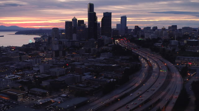 めまいズームと都市スカイライン超高層ビルのドローンハイパーラプスブーメラン ビデオ