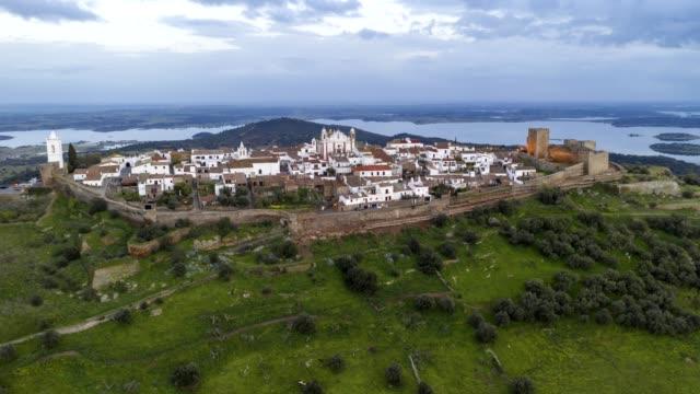 vídeos de stock e filmes b-roll de drone hyperlapse moving timelapse of monsaraz village in portugal - vídeos de barragem portugal