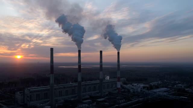 stockvideo's en b-roll-footage met drone vliegt hoog boven thermische elektriciteitscentrale en rook wolk is afkomstig van de schoorsteen - schoorsteen