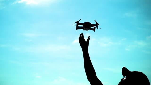 vídeos de stock, filmes e b-roll de drone desembarque câmera lenta - quadricóptero