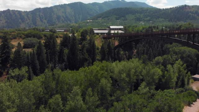 vídeos de stock, filmes e b-roll de drone terras perto da ponte em colorado - condado de pitkin