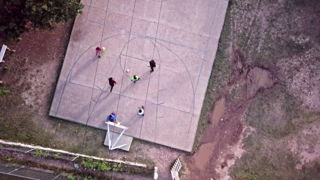 vídeos de stock e filmes b-roll de drone of young people playing basketball in corareachi, chihuahua, mexico, copper canyon region - país em desenvolvimento