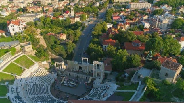 drone omloppsbana tilt upp avslöjar staden plovdiv i bulgarien - bulgarien bildbanksvideor och videomaterial från bakom kulisserna