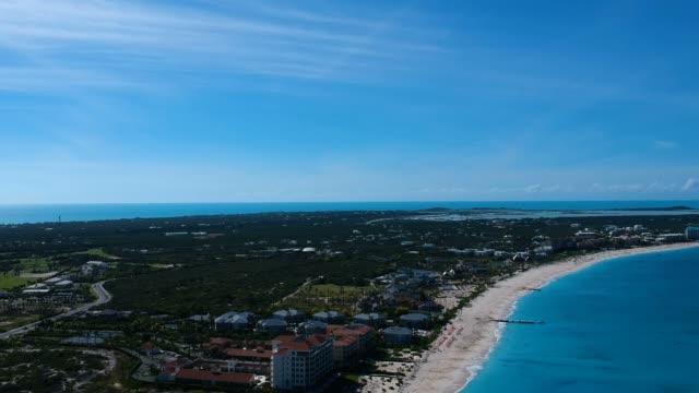 stockvideo's en b-roll-footage met drone pannen luchtfoto van pier in grace bay, providenciales, turks- en caicoseilanden - grace bay