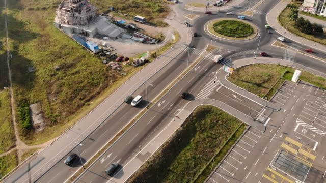 vidéos et rushes de point de drone de route occupée un rond-point - rond point