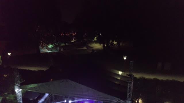 vídeos de stock e filmes b-roll de drone point of view of a party outdoors at night - bar local de entretenimento