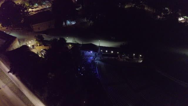 vídeos de stock e filmes b-roll de drone point of view of city an d music festival at night - bar local de entretenimento