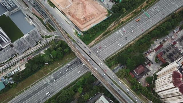 stockvideo's en b-roll-footage met drone oogpunt van damansar , blaadjes jaya maleisië uitzicht met noord-zuid snelweg en brug - dwarsweg