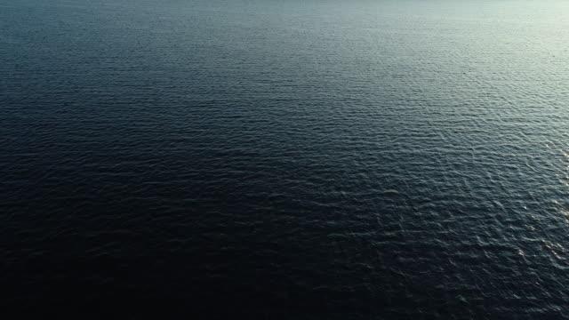 太陽光を反射する波紋の海水表面のドローン視点 - 広角撮影点の映像素材/bロール