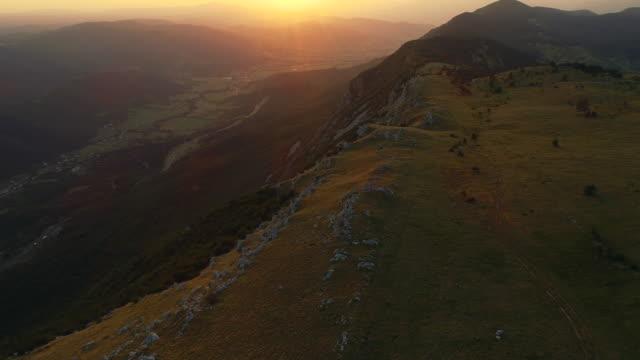 drone point of view auf einem plateau - hochplateau stock-videos und b-roll-filmmaterial