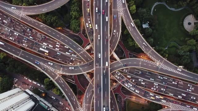 vista del punto drone del cavalcavia e del traffico cittadino al crepuscolo - autostrada video stock e b–roll