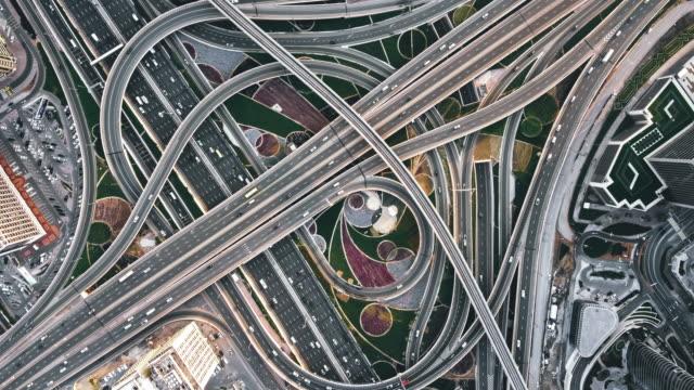 vidéos et rushes de t/l drone point view of road intersection at daytime / dubaï, émirats arabes unis - route surélevée