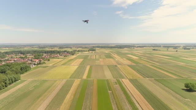 vídeos de stock, filmes e b-roll de fitas de gravação de drone aéreas de um avião voando em um zona rural - multicóptero
