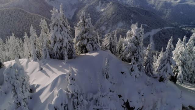 drone avslöja vinter snö täckta cascade mountain range motorväg - bergsrygg bildbanksvideor och videomaterial från bakom kulisserna