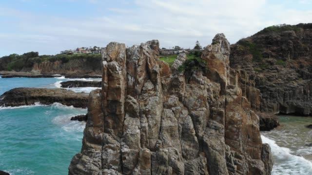 stockvideo's en b-roll-footage met drone shot 4k onthullen van rotsachtige australische kustlijn - geologie