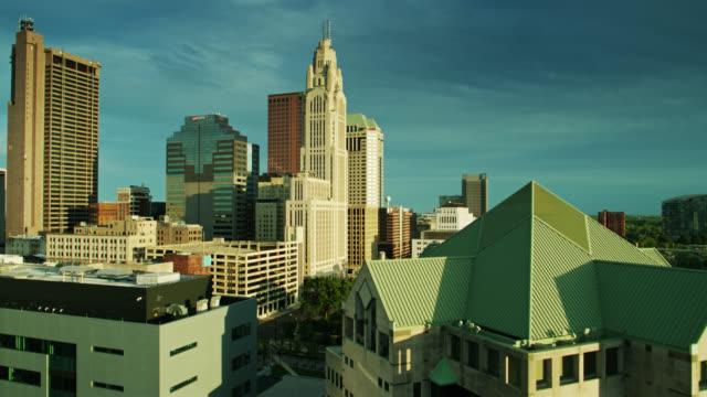 drone shot downtown skyline reveal geçmiş columbus polis departmanı artan - columbus day stok videoları ve detay görüntü çekimi