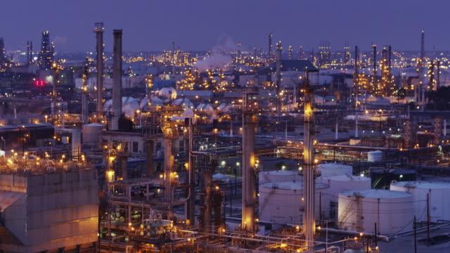 stockvideo's en b-roll-footage met drone shot klimmen om te zoeken naar beneden op de olieraffinaderij - olieraffinaderij