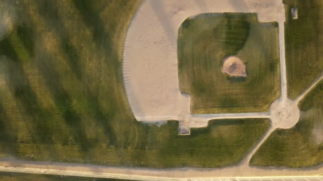vídeos y material grabado en eventos de stock de diamante de béisbol vacío tiro de drone - béisbol