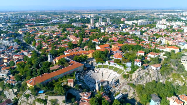 drone shot flying over ancient roman aphitheater in the old town of plovdiv in bulgaria - bułgaria filmów i materiałów b-roll