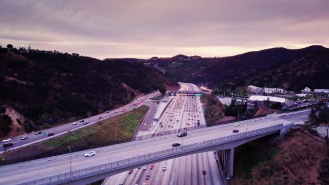 次の la での丘を介して i-405 トラフィック ドローン ショット - 州間高速道路点の映像素材/bロール