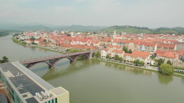 bir şehir ve güzel bir köprü drone çekim - styria stok videoları ve detay görüntü çekimi