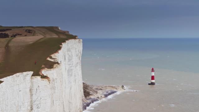colpo di drone di beachy head e della manica - costa caratteristica costiera video stock e b–roll