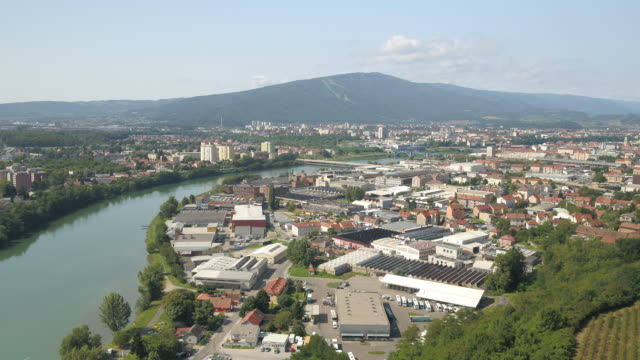 nehrin yanındaki güzel şehrin drone çekimi - styria stok videoları ve detay görüntü çekimi