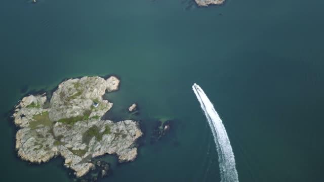 vídeos de stock e filmes b-roll de drone shot of boat going through the swedish archipelago - arquipélago