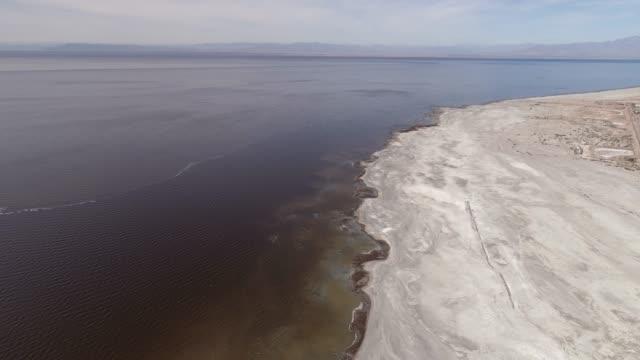 vidéos et rushes de projectile de drone de bombay beach et de la mer de salton - lac salé