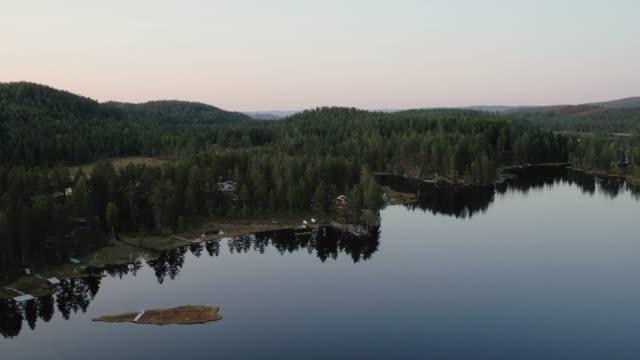 drohne schuss von hütten in den norwegischen wäldern - blockhütte stock-videos und b-roll-filmmaterial