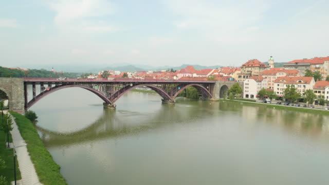 bir köprü ile sakin nehir drone çekim - styria stok videoları ve detay görüntü çekimi