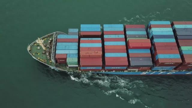 vídeos de stock, filmes e b-roll de tiro do zangão do navio de carga que transporta recipientes - navio tanque embarcação industrial