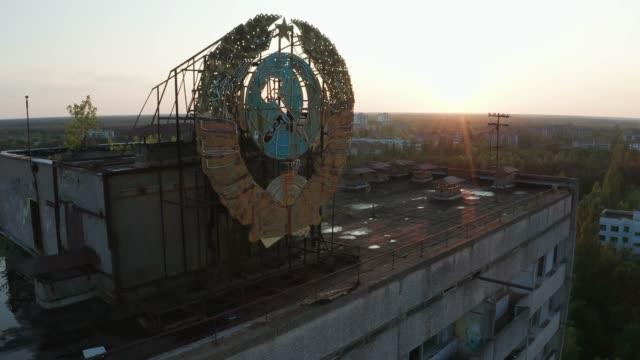 stockvideo's en b-roll-footage met drone shot van embleem op het dak van het gebouw in pripyat - rusland