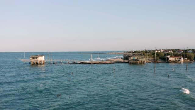 güneşli günde balıkçı kulübeleri drone atış - ravenna stok videoları ve detay görüntü çekimi
