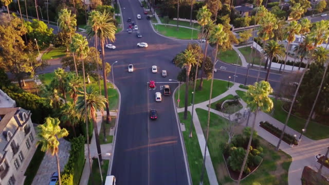 stockvideo's en b-roll-footage met drone schot van kruispunt in het centrum van beverly hills - stadsweg