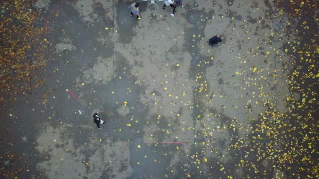 drone skott av manliga vänner som spelar fotboll - berlin city bildbanksvideor och videomaterial från bakom kulisserna