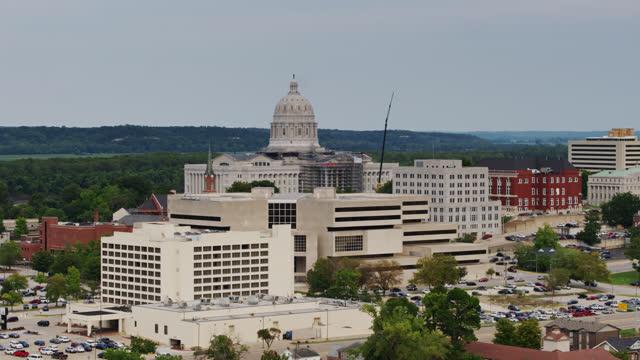 дрон выстрел штата миссури капитолий и центр города джефферсон - missouri стоковые видео и кадры b-roll