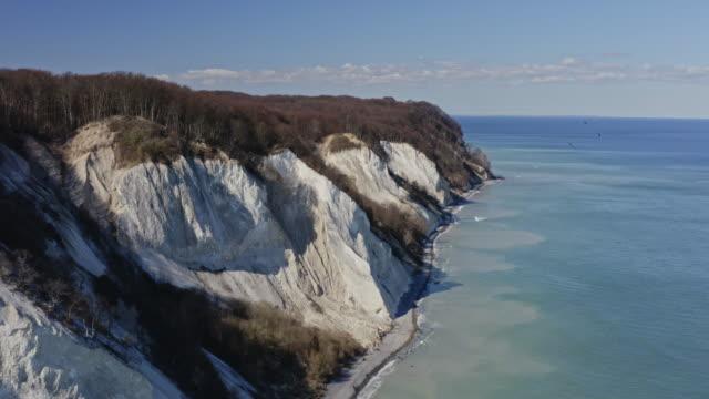 drohnen-schuss von moens klint white cliffs - ostsee stock-videos und b-roll-filmmaterial