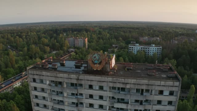 drohnenaufnahme des pripyat-stadtpanoramas bei sonnenaufgang - kommunismus stock-videos und b-roll-filmmaterial