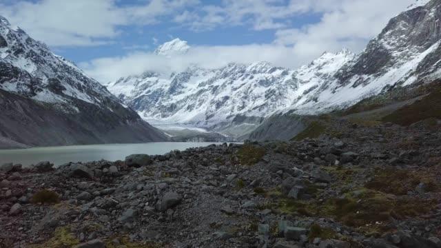stockvideo's en b-roll-footage met drone shot van scenic bergketens - sneeuwkap